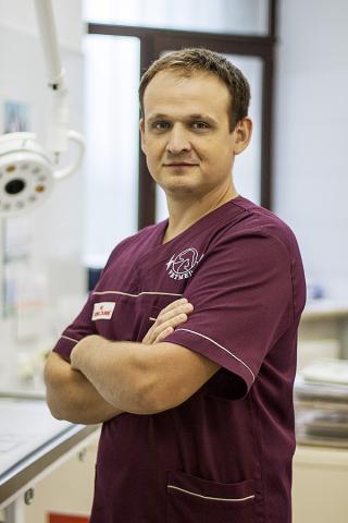 Андрій Кузьмич. Ортопед, хірург, терапевт.